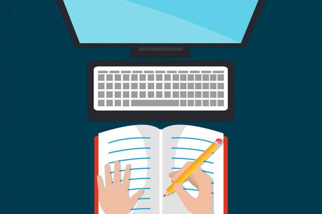 criação de infoprodutos: um caderno aberto com uma pessoa escrevendo nele e um computador na frente