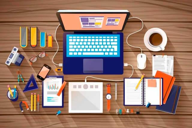cursos online: na imagem um notebook em cima da mesa com vários cadernos abertos e uma xícara de café